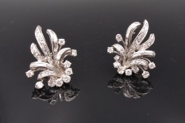 Boucles d'oreilles 1950 , or, platine et diamants .